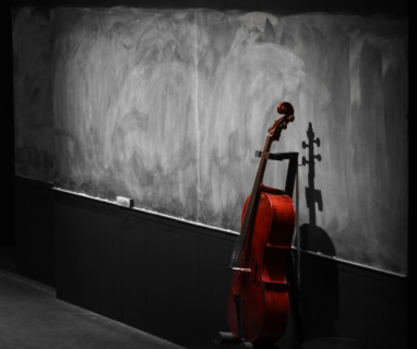 image presenting a cello, in a web page related to music research, music technology and the YMusic search engine